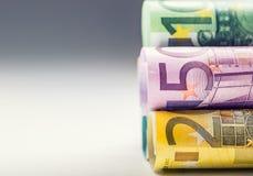 Flera hundra eurosedlar som staplas av värde Europengarbegrepp Rolls eurosedlar begreppsmässig valutaeuro för sedlar femtio fem t Arkivfoto