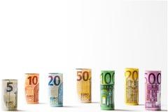 Flera hundra eurosedlar som staplas av värde Rolls eurobankn Royaltyfria Foton