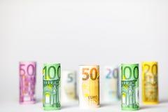 Flera hundra eurosedlar som staplas av värde Rolls eurobankn Arkivfoton
