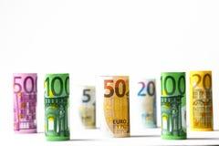 Flera hundra eurosedlar som staplas av värde Rolls eurobankn Arkivbilder