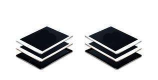 Flera iPads som staplas och isoleras på vit Arkivbild