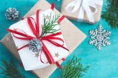 Flera julaskar av gåvor dekorerade festively på en turkosbakgrund, selektiv fokus Arkivfoton