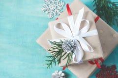 Flera julaskar av gåvor dekorerade festively på en turquo Royaltyfri Bild