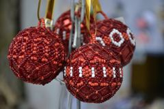 Flera julbollar av röda och vita pärlor royaltyfri fotografi