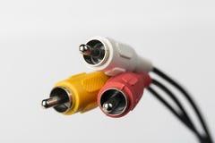 Flera kablar med RCA kontaktdon för ljudsignal och video på vit bakgrund Royaltyfria Bilder
