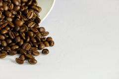 Flera kaffeböna på en tabell fotografering för bildbyråer