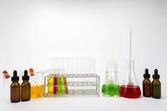 Flera kemisk lösning i flaska Töm mätningscylindern/buretten med graderade markeringar royaltyfria bilder