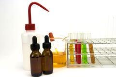 Flera kemisk lösning i flaska Töm mätningscylindern/buretten med graderade markeringar royaltyfria foton