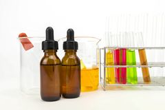 Flera kemisk lösning i flaska Töm mätningscylindern/buretten med graderade markeringar arkivbild