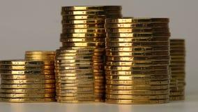 Flera kolonner av mynt stock video
