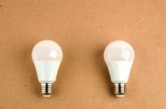 Flera LEDDE energi - sparande bruk för ljusa kulor av det ekonomiska och miljövänliga begreppet för den ljusa kulan Arkivfoto