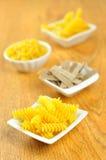 Flera lilla bunkar av rå pasta, selektiv fokus Arkivbilder