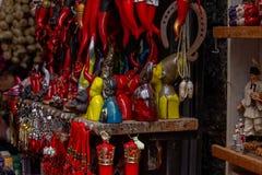 Flera lyckliga berlock, lyckliga horn, hästskor I förgrunden designstatyetten av San Gennaro arkivfoton