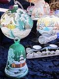 Flera målat julpynt, klockor, stearinljushållare och arkivbild