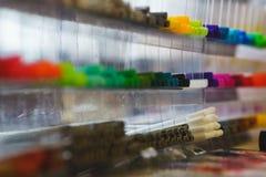 Flera mång--färgade markörer, eyeliner för att dra, skissar och kalligrafi i den plast- asken Royaltyfri Bild