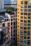 Flera mång--färgade moderna hyreshusar i nära proxim Royaltyfri Fotografi