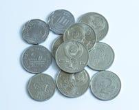 Flera mynt från olika länder arkivbilder