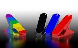 Flera nagelsax av olika färger som förläggas på den gråa backgren Arkivfoton