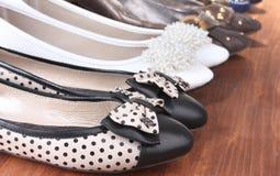 Flera par av plana skor för kvinnlig Royaltyfri Foto