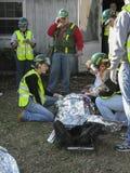 Flera personer som hjälper den sårade personen Royaltyfria Foton