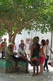 Flera personer som talar i gatan Arkivbilder