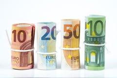 Flera rullar av eurosedlar som staplas av värde från tio, twent arkivfoto