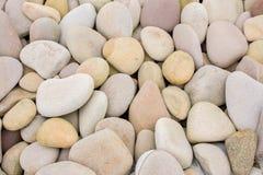 Flera runda härliga släta stenar på kusten arkivfoton