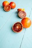 Flera sangviniska apelsiner på blå träbakgrund Royaltyfria Foton