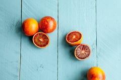 Flera sangviniska apelsiner på blå träbakgrund Royaltyfria Bilder
