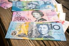 Flera sedlar av australiska dollar på den åldriga träyttersidan, slut upp Royaltyfri Fotografi