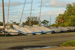 Flera segelbåtar som vilar på kusten Royaltyfri Foto
