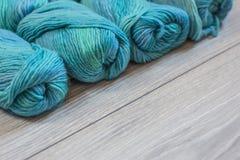 Flera skeins av blått ullgarn Royaltyfria Foton