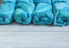 Flera skeins av blått ullgarn Royaltyfria Bilder
