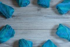 Flera skeins av blått ullgarn Royaltyfri Foto