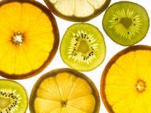 Flera skivor av citronen, apelsinen och kiwifruiten Arkivfoto