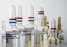 Flera små medicinflaskor av exponeringsglas royaltyfri bild