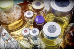Flera små medicinflaskor med den olika läkarbehandlingen i sjukhus royaltyfria foton