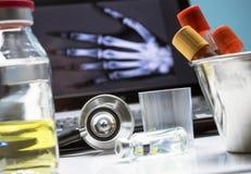 Flera små medicinflaskor och att ge första erfarenhet prövkopian bredvid stetoskopet i ett sjukhus arkivfoto
