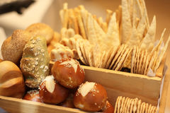 Flera sorter av bröd i korg arkivbild