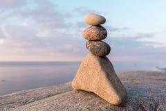 Flera stenar på kust Arkivfoto