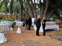 Flera stora tabeller som täckas i den vita torkduken på matfestivalen på Coral Tree Farm, Kalifornien, 2016 Arkivfoton