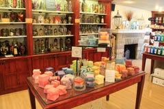Flera tabeller och trähyllor som rymmer stearinljus och oljor, livstidstearinljus, shoppar, Lancaster, PA, 2016 Royaltyfri Bild