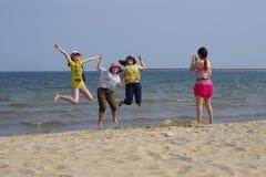 Flera tagande fotoflickor på stranden Royaltyfria Foton