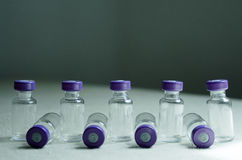 Flera tomma små medicinflaskor som förläggas i linje royaltyfria foton