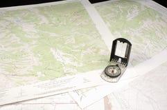 Flera topo-översikter och kompass Arkivbilder
