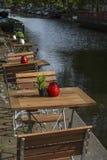 Flera trästolar av gatarestaurangen nära kanalen Royaltyfri Fotografi