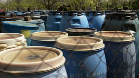 Flera trummor av glidflygplanlängd i fot räknat för giftlig avfalls arkivfilmer