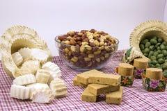 Flera typiska brasilianska sötsaker från Junina Jordnöt kokosnöt ca Arkivfoto