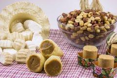 Flera typiska brasilianska sötsaker från Junina Jordnöt kokosnöt ca Arkivfoton