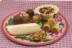 Flera typiska brasilianska sötsaker från Junina Jordnöt kokosnöt ca Arkivbild